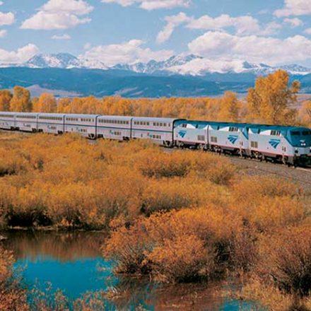 Esta ruta escénica en tren recorre los paisajes más asombrosos de Estados Unidos