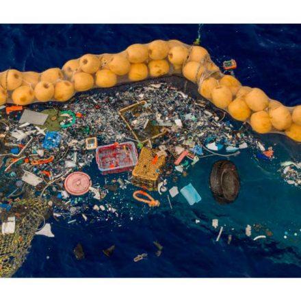 Especialistas logran éxito en prueba de barrera gigante para recoger plásticos en el océano
