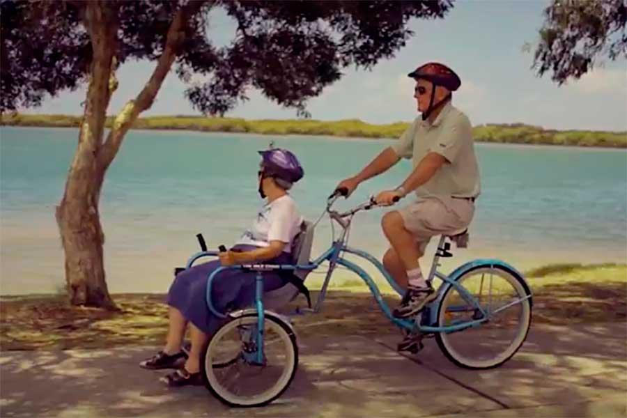 Crean 'Bike Chair', una bicicleta con silla de ruedas para pasear en pareja