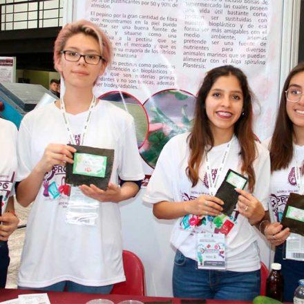 Talentosas estudiantes mexicanas crean bioplástico hecho con cáscaras de pepino
