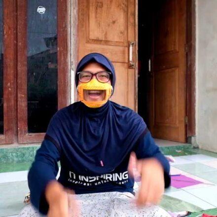 Mujer de Indonesia crea cubrebocas especial para personas con discapacidad auditiva