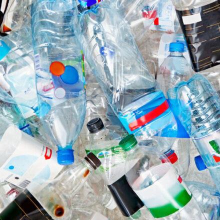 Científicos crean una enzima que recicla botellas de plástico en horas