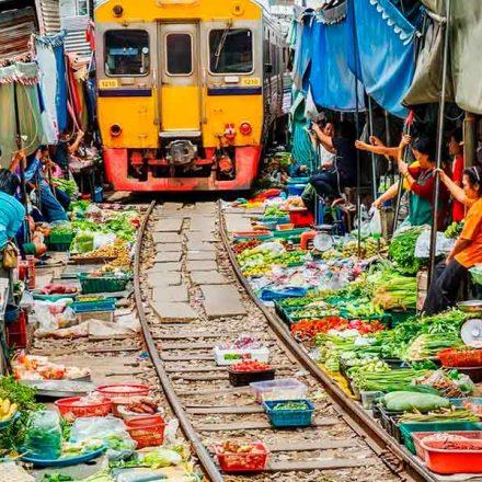 Maeklong, un mercado 'plegable' ubicado sobre las vías del tren