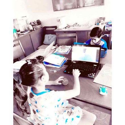 Niños en casa durante la cuarentena