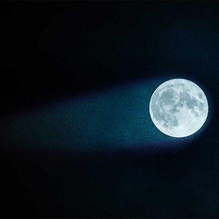 Descubren que la Luna tiene una 'cola' invisible que envía rayos a la Tierra