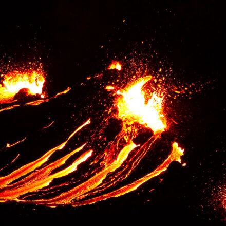 VIDEO: Volcán en Islandia hace erupción tras 800 años de inactividad