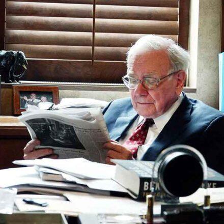 Los 5 libros que el multimillonario Warren Buffett recomienda leer