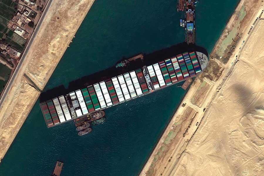 Cómo la Luna de Gusano ayudó a desbloquear el Canal de Suez