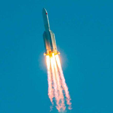 Cohete chino fuera de control finalmente termina su travesía y aterriza en el Océano Índico