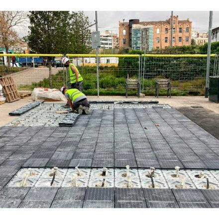 Instalan el primer pavimento compuesto por paneles solares en España
