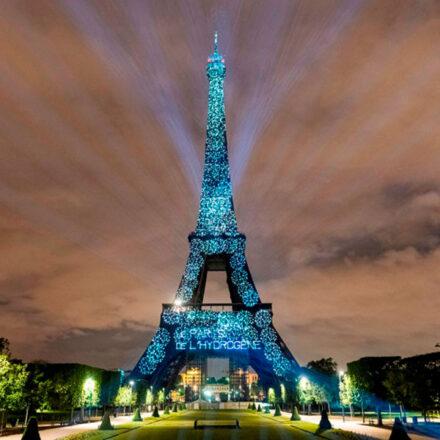Iluminan la Torre Eiffel con hidrógeno renovable para concientizar sobre energías limpias
